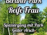 Reife Frau Spaziergang in Park