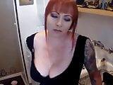 Schlampe mit roten Haaren und rundem Boden