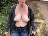 AO-Ehehure zeigt Titten Outdoor