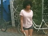 Junges Afro Girl in Hotpants
