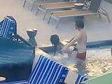 Follando en la piscina hasta que les pillan los vecinos