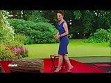 Anna Planke im geilen Kleid und High Heels Zeitlupe